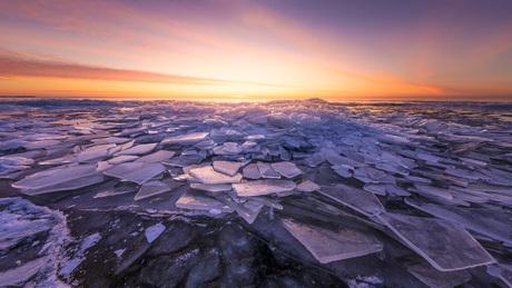 Kruiend ijs voor zonsopkomst