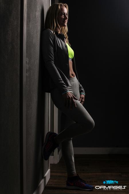 Relaxmode - Relaxmode voor de training - foto door p.quispel op 28-03-2016 - deze foto bevat: vrouw, mensen, donker, licht, portret, schaduw, model, flits, ogen, haar, fashion, beauty, emotie, glamour, studio, blond, photoshop, mode, fotoshoot, flitser, lowkey, qf-images