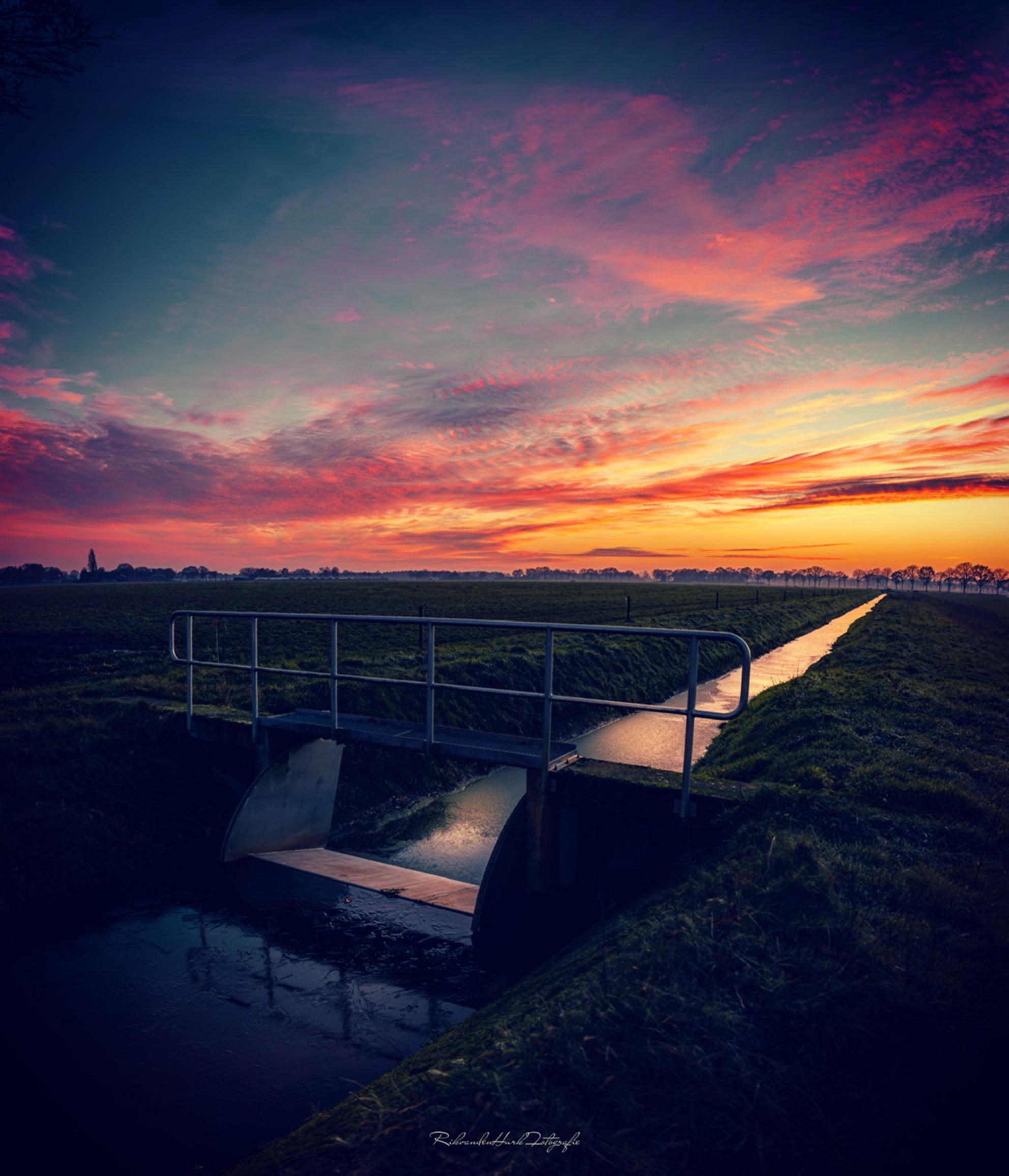 Im i dreaming? - - - foto door RikvandenHurkphotography op 25-02-2021 - deze foto bevat: lucht, kleuren, wolken, zon, water, natuur, licht, avond, zonsondergang, spiegeling, landschap, zonsopkomst, brug, beek, droom, dromerig, magisch