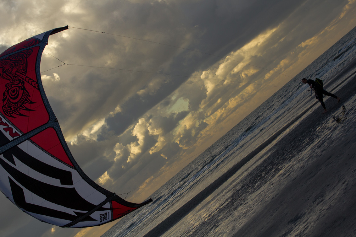 wandelend aan de Noordzee - voel ik mij fantastisch goed - foto door kais op 29-10-2013 - deze foto bevat: wolken, wind, noordzee, sailer