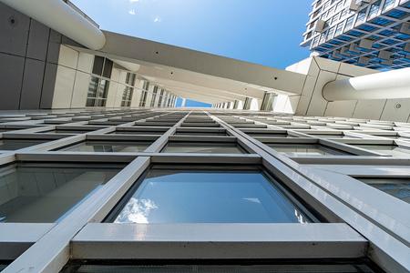 Den Haag 12 - XXX - foto door Jaap93 op 18-04-2021 - locatie: Den Haag, Nederland - deze foto bevat: den haag, lucht, gebouw, dag, venster, licht, azuur, armatuur, torenblok, architectuur, stedelijk ontwerp