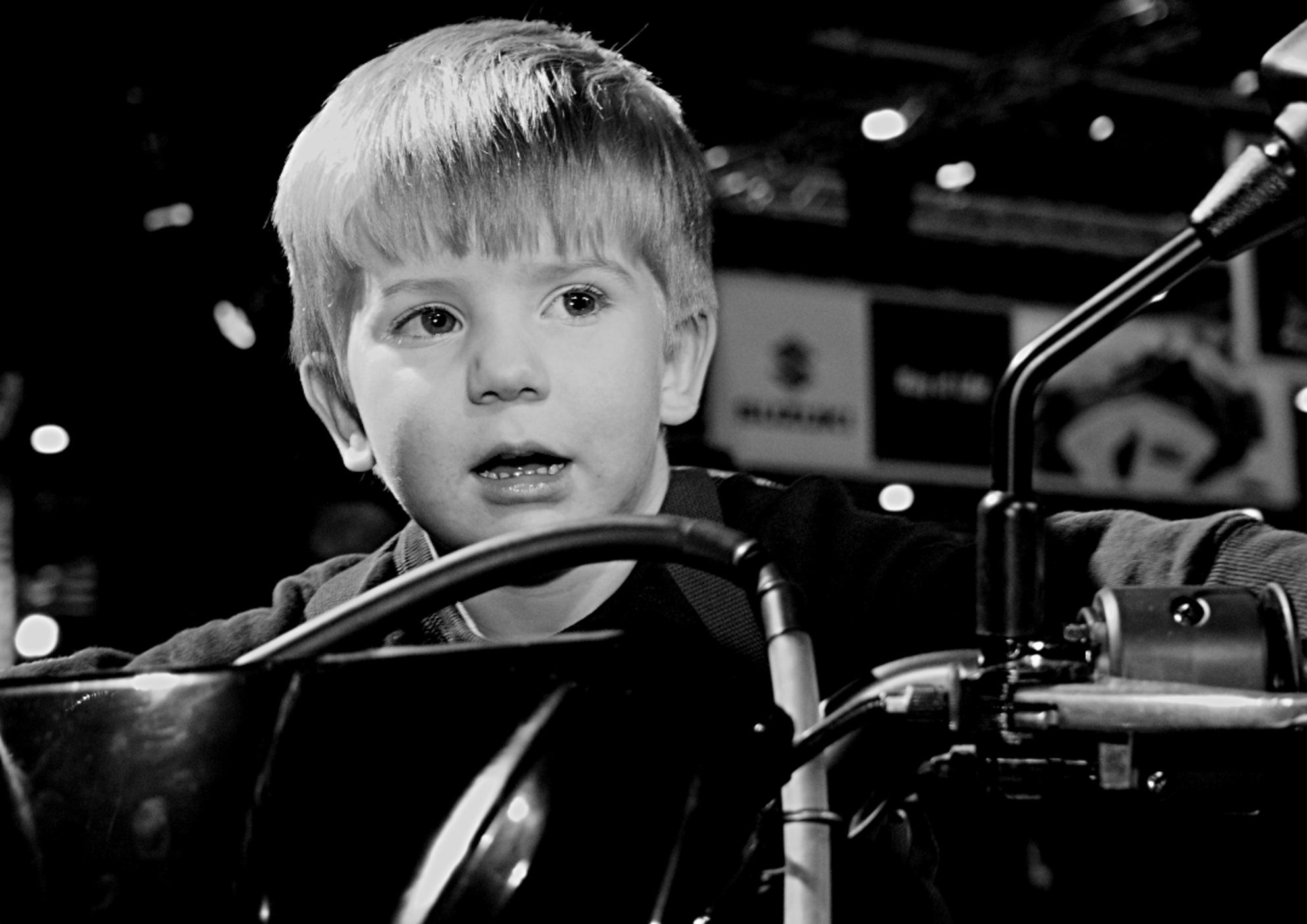 Winnaar Dutch TT 2027 - Dit portret heb ik gemaakt tijdens de motorbeurs in utrecht. Het is de zoon van een vriend van mij. - foto door Mr_mephisto op 21-03-2010 - deze foto bevat: motorbeurs, motormuisje