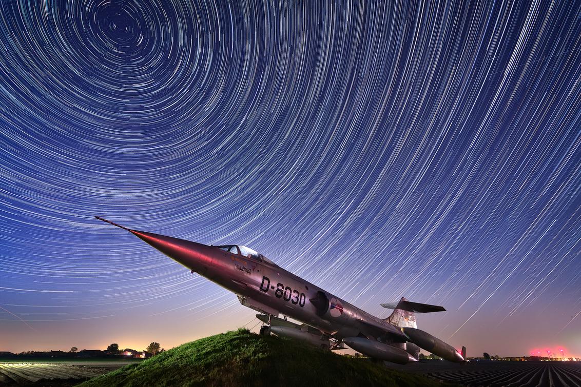 Star trails vs Star Fighter - Star trails boven Nederland :) - foto door royzzz op 25-04-2020 - deze foto bevat: lucht, natuur, licht, avond, landschap, nacht, polder, sterren, galaxy, melkweg, sterrensporen, sterrenspoor, startrails, startrail, lange sluitertijd, startracks, sterren sporen