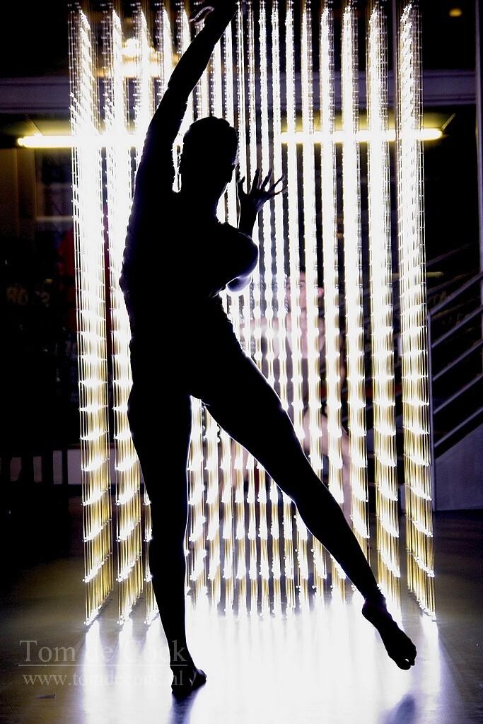 schrittmacher dansfestival2020 - - - foto door cockie op 10-03-2020 - deze foto bevat: licht, avond, schaduw, silhouette, kunst, dans, beweging, festival, schrittmacher