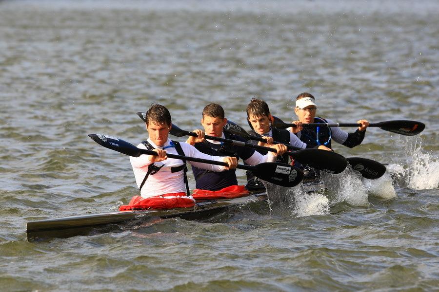 Roeien met de riemen die je hebt. - Op het open water is het moeilijk je balans te houden. Door de sterke zij wind sloegen de golven over en in de boot. Het is een team. Ze hadden een - foto door D.Laninga op 14-10-2009 - deze foto bevat: sport, natuur, ontspanning, kano, varen