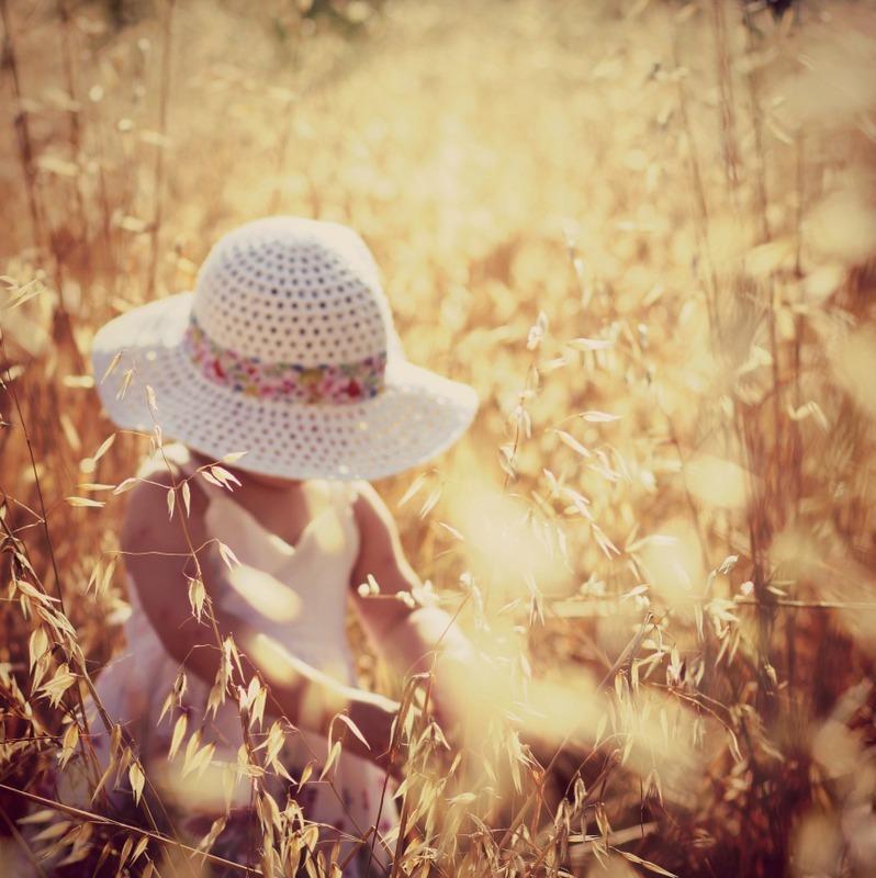 Romantic Summer - meisje in een Frans veld, met tegenlicht, en een hoedje - foto door bloempje76 op 15-07-2012 - deze foto bevat: licht, zomer, peuter, meisje, warm, romantisch, zonning