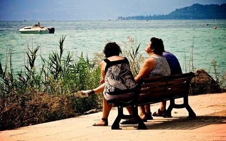 Italiaanse vrouwen in de zon op een bankje