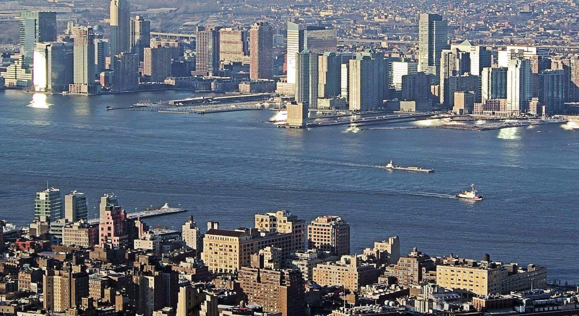 De Hudson rivier - Vanaf het Empire State Building hebben wij deze foto genomen. Je hebt daar een uitzicht van jewelste op de 86e verdieping. Ogen te kort. - foto door Henkes62 op 11-08-2009 - deze foto bevat: rivier, hudson, usa, New York