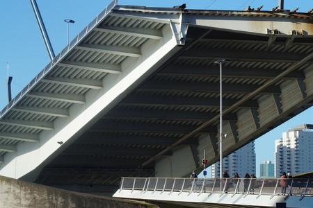 Just like a maw! - Brug stond open, net de muil van een monster... - foto door CoonArt op 07-03-2021 - deze foto bevat: lucht, zon, water, rotterdam, licht, lijnen, architectuur, stad, erasmusbrug, brug, luik