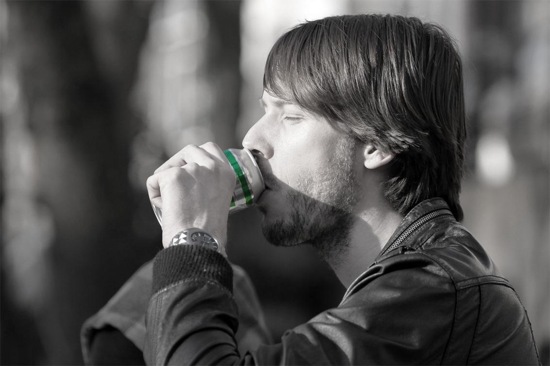 Biertje - Vriend drinkt biertje aan de Oudegracht - foto door zy-co op 29-04-2011 - deze foto bevat: man, kleur, bier, portret, jongen, effect, masker, zwart wit, b&w, eos50d