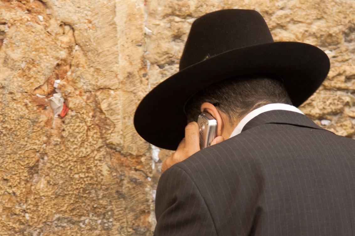 Somebody Home? - Biddende Jood bij de klaagmuur in Jeruzalem. Blijkbaar in de veronderstelling met een mobiel eerder contact te hebben met de hogere machten. - foto door woutervroom op 02-09-2011 - deze foto bevat: bellen, mobiel, contact, klaagmuur, jeruzalem, jood, wvr