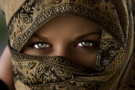 Inge met hoofddoek