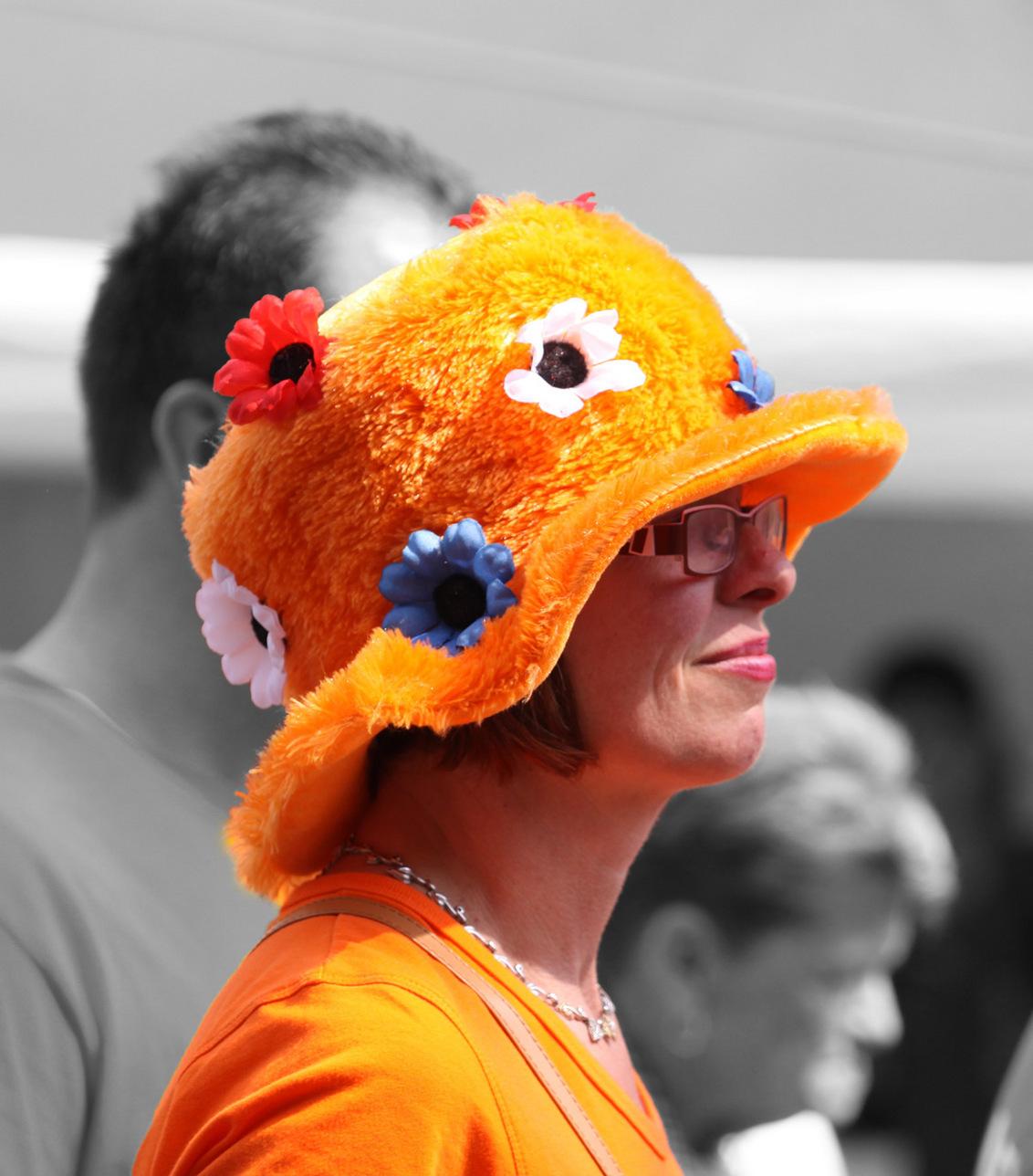 Oranje - koninginnedag Utrecht - foto door zy-co op 28-04-2011 - deze foto bevat: vrouw, mensen, kleur, oranje, koninginnedag, utrecht, verkleed, zwart wit, eos50d