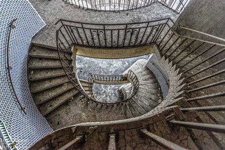 Escheriaanse trap in oud zwembad in Charleroi