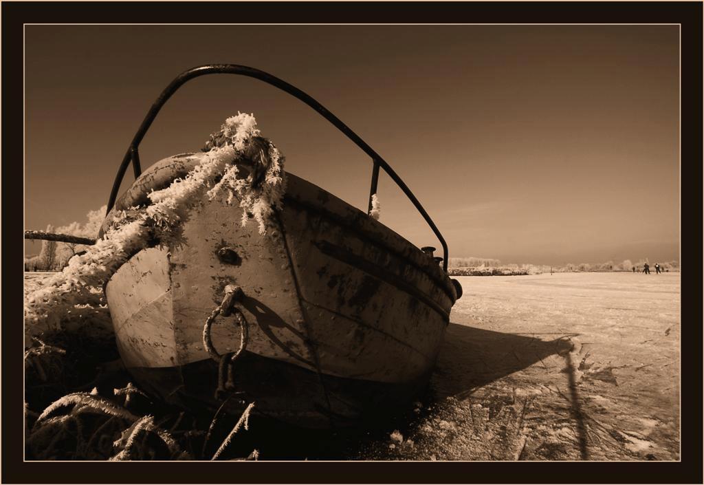 Nog maar eentje dan... - Dit oude roestige bootje lag vast in het ijs aan de Graafstroom. Vond het mooi om de rijp nog op het touw te zien.  Heb wel een paar moeilijke hou - foto door Foto_Marleen op 16-01-2009 - deze foto bevat: rijp, winter, ijs, bootje, sepia, graafstroom, schaatsers