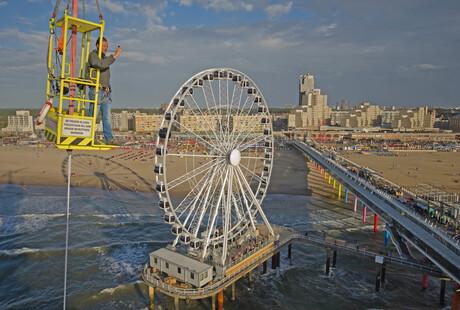 wind checken bij reuzenrad op de pier van Scheveningen