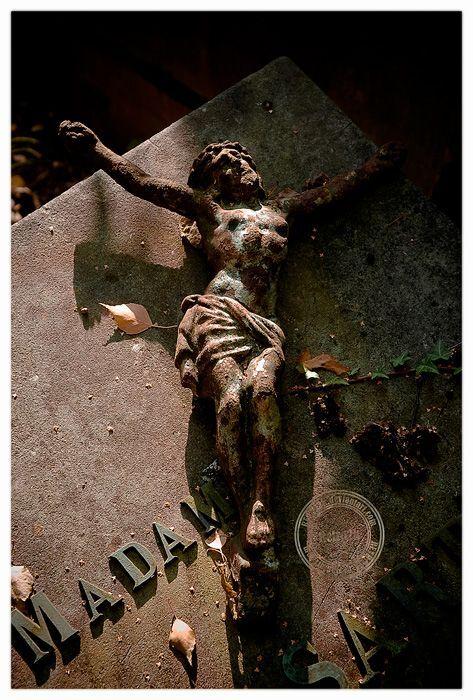 The Forgotten Madam - De tijd laat ijzer roesten en mensen vergeten... - foto door retro2k op 24-01-2010 - deze foto bevat: roest, vergeten, graf, kruis, rouw