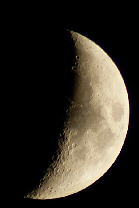 Halve Mei-Maan - Inmiddels al weer meer dan een jaar oud  (19 mei 2010) maar toch . Genomen op 22:12  Met een beetje hulp van LR   (A300 i.c.m. Minolta AF Zoom 7 - foto door gerard-m op 09-08-2011 - deze foto bevat: maan, nacht fotografie, sterren hemel