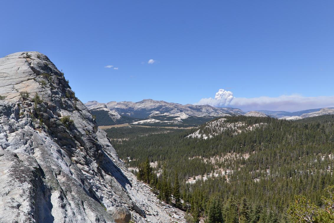 Lembert Dome - Lembert Dome in Tuolumne Meadows, Yosemite national park. Op de achtergrond zijn de rookwolken zichtbaar van de enorme bosbrand die het park bedreigd - foto door wilcofm op 29-08-2013 - deze foto bevat: park, amerika, national, californie, dome, tuolumne, meadows, lembert, rosemite