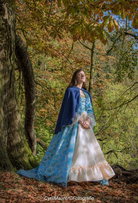 Anibor in the sunsine - de laaste twee  ik zelf vind dit de mooiste foto van Anibor die ik heb genomen, de ontspannen pose en het zonlicht wat op haar gezicht rust. en dan - foto door sipmaurer op 27-11-2016 - deze foto bevat: vrouw, herfst, portret, schaduw, tegenlicht, daglicht, ogen, beauty, buiten, fotoshoot, 35mm, middag zon, kasteel rennese, zon licht op het gezicht, ogen gesloten, ontspanne pose