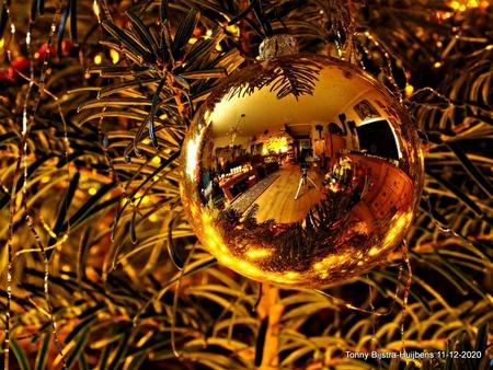 aparte kerstbal - met de camera van mijn echtgenoot is deze, toch wel, aparte foto gemaakt. kijk hem even GROOT, dan zie je veel.... groetjes en een fijne zondag. bl - foto door Tonny1946 op 13-12-2020 - deze foto bevat: groen, nieuwegein, kerstbal, overzicht, goudkleurig, decemebr 2020, kerstboom.huiskamer