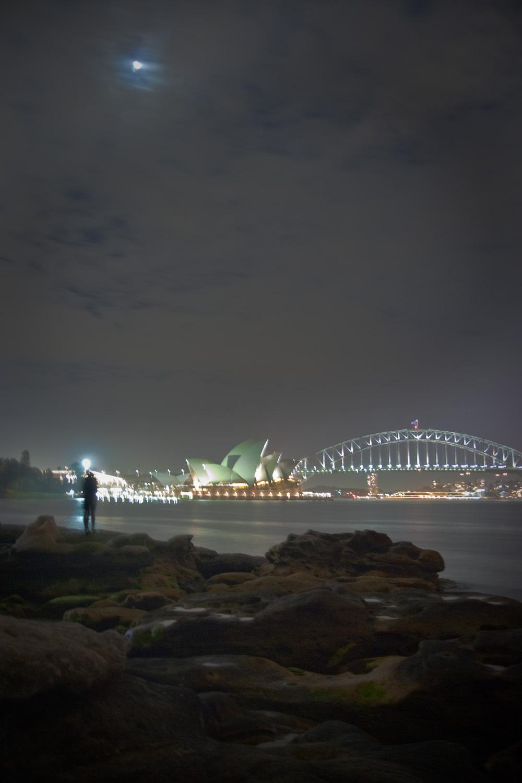 First kiss? - Dit kon bijna niet romantischer. Een kus onder maanlicht en een prachtig uitzicht op het opera house and de Harbour Bridge. Helaas is het beeld iets  - foto door haikodejong op 14-11-2010 - deze foto bevat: kus, Opera House, Harbour Bridge.