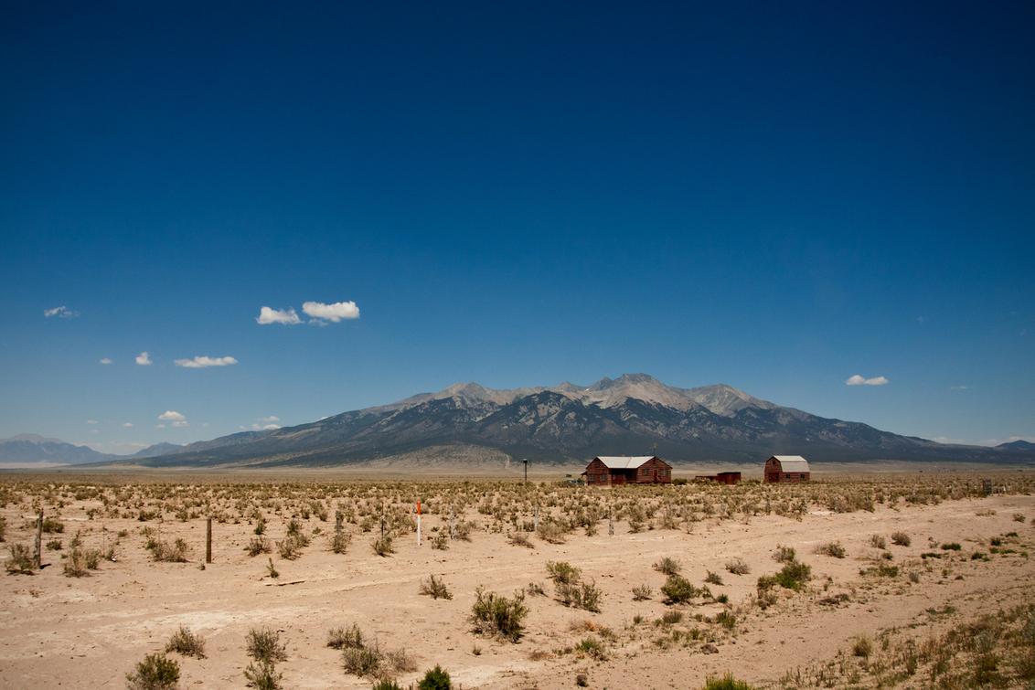 Ranch in Zuid-Oost Colorado - Ik heb gelukkig ook nog wat tijd overgehouden om niet wielrennen-gerelateerde fotos te schieten. Wat dachten julie van deze kleine ranch in Zuid Oost - foto door kosmopol op 17-07-2012 - deze foto bevat: bergen, usa, ranch, droog