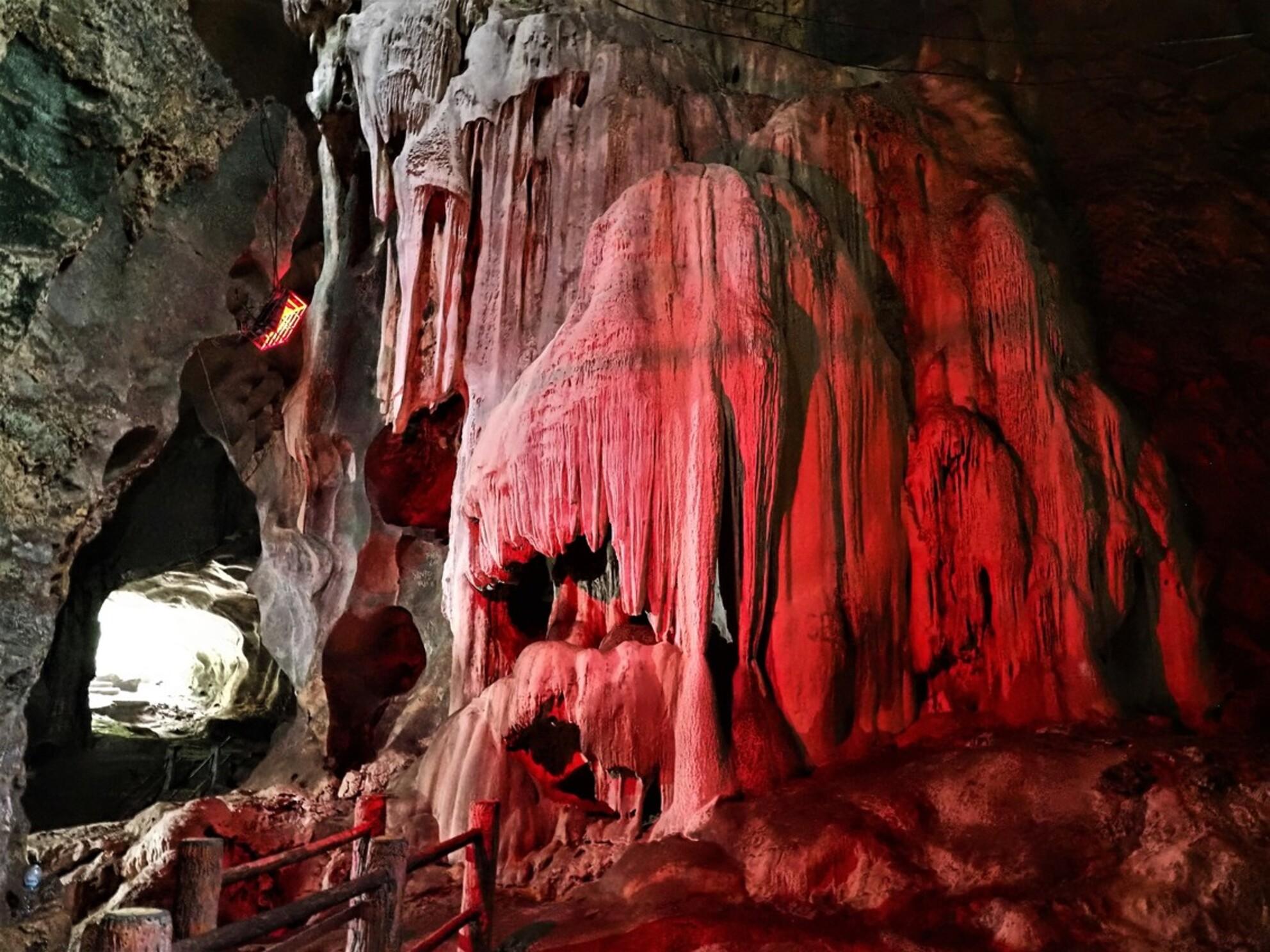 Mijn Reizen - Hier een beter  zicht van deze grotten met   gekleurd licht   het is nu een toeristische gebeuren .    Bedankt voor de reacties   Groeten    Ed - foto door Stumpf op 05-03-2021 - Deze foto mag gebruikt worden in een Zoom.nl publicatie
