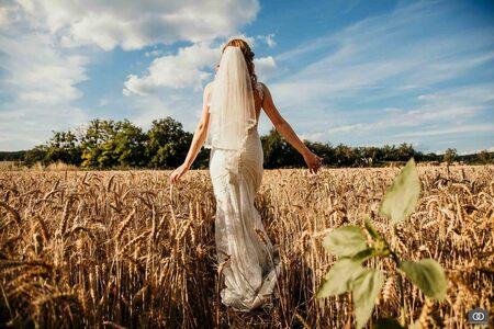 Graanveld - In Frankrijk liepen we door een graanveld naar de photoshoot lokatie, en dat was meteen al een mooi plaatje - foto door robinlooy op 28-01-2021 - deze foto bevat: trouwen, graan, bruid, bruiloft, bruidspaar, graanveld, bohemian, trouwfotografie, trouwfotograaf, bruiloftsfotografie