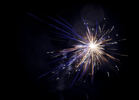 Vuurwerk - Goedkoop voor mij en nog beter voor het milieu.....zo schiet ik in het vervolg al mijn vuurwerk.....  gelukkig was de mist hier voor twaalven redeli - foto door spitsoor op 01-01-2011 - deze foto bevat: nieuwjaar, vuurwerk, jaarwisseling, knallen, oud en nieuw