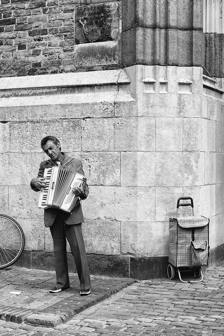 straatmuzikant 0060b - - - foto door onne1954 op 29-06-2016 - deze foto bevat: man, straat, fiets, architectuur, muzikant, zwartwit, utrecht, straatfotografie, centrum, accordeon
