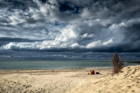 Genieten van het laatste zonnetje.... - Genieten van een flauw zonnetje en van de prachtige wolkenlucht.... - foto door apadmos op 26-09-2020 - deze foto bevat: lucht, wolken, strand, zee, water, natuur, landschap, duinen, zand, zeeland, brouwersdam, kust, noordzee, noordzeestrand
