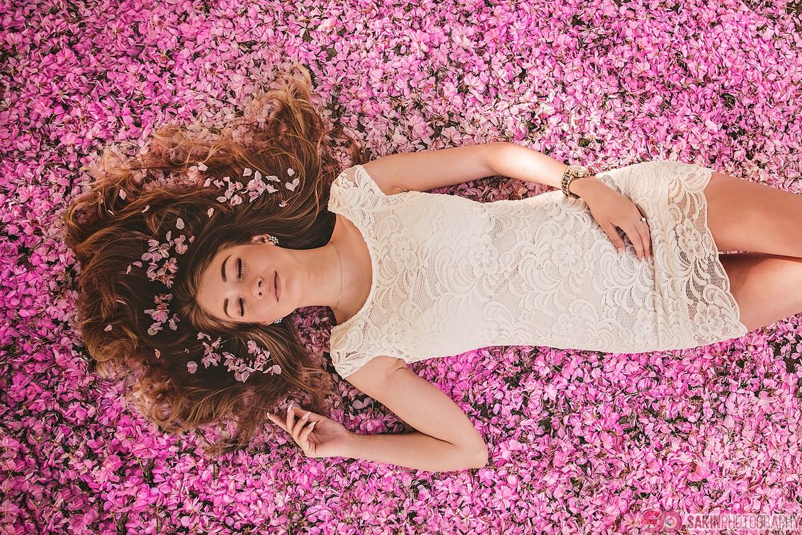 Bloesems - Bloesem fotoshoot met model op een locatie in Hasselt. - foto door sakin op 28-04-2018 - deze foto bevat: vrouw, kleur, natuur, licht, portret, model, bos, haar, fashion, meisje, lief, beauty, sfeer, pose, kapsel, belichting, expressie, jurk, mode, fotoshoot, romantisch, locatie, styling, fashionfotografie