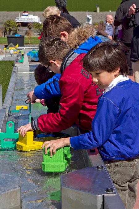 Jong geleerd......... - Een voorproefje voor de toekomst! - foto door Maragmar op 24-04-2012 - deze foto bevat: water, spelen, techniek, kinderen, plezier, madurodam, leren, wetenschap, Den Haag