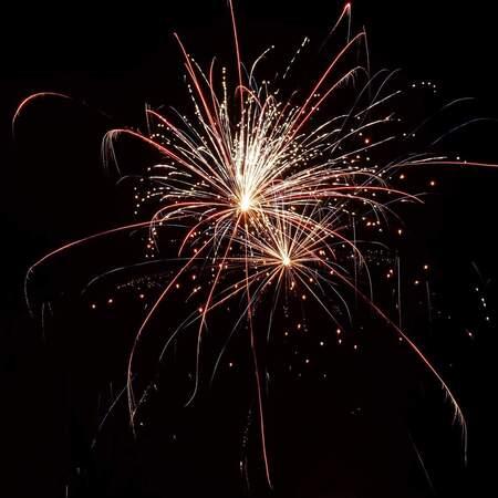 Vuurwerk - Uit de hand, zonder statief, 4 seconden  sluitertijd - foto door Gonneponnetje op 05-01-2019 - deze foto bevat: nieuwjaar, vuurwerk, nacht, oudjaar, oudennieuw