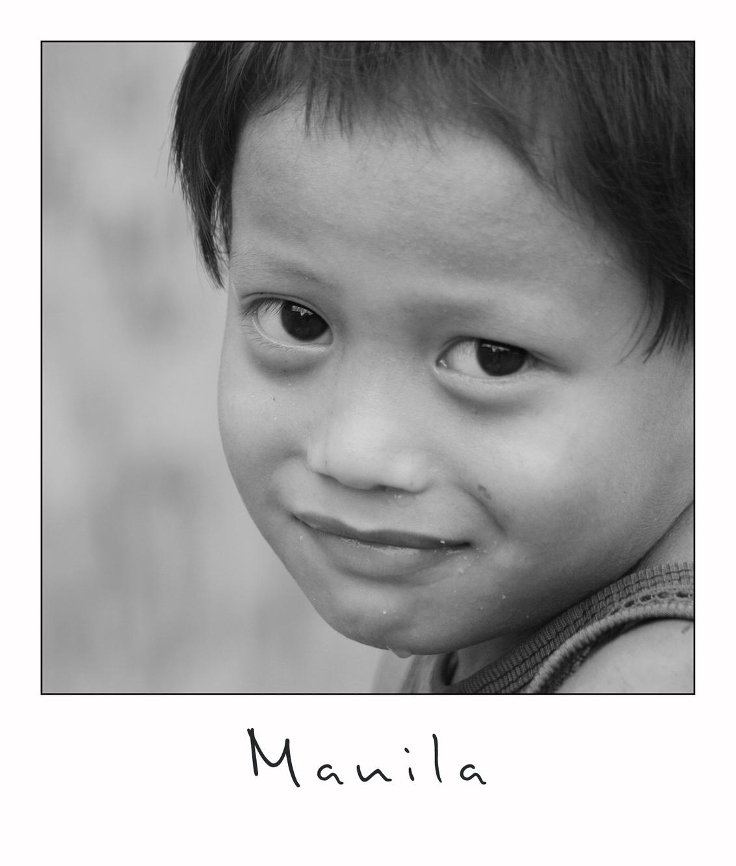Too Shy - Met ogen die dwars door de camera heen lijken te kijken lijkt deze jongen het liefst in huilen uit te barsten. Niets is minder waar, want na een paar - foto door lokkjja op 15-07-2009 - deze foto bevat: vakantie, ogen, jongetje, verlegen, zwar, filipijnen, manila