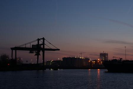 Bruinsveem 2 - Wederom de Bruinsveem terminal te Zaandam. Nu van de andere kant genomen, waardoor de tankopslag van Pieter Bon ook in beeld is gekomen.  s'Ochtend - foto door maarten1971 op 01-01-2010 - deze foto bevat: ochtend, nacht, sony, pieter, nachtopnames, containers, alpha, zaandam, overslag, tanks, opslag, bon, zaanstad, 200, ochtendfotografie, nachtfoto's, Bruinsveem, vieskou