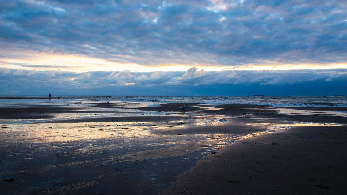Sunset at the beach - - - foto door WillemTukker op 09-10-2015 - deze foto bevat: lucht, wolken, zon, strand, zee, water, sunset, zonsondergang, beach