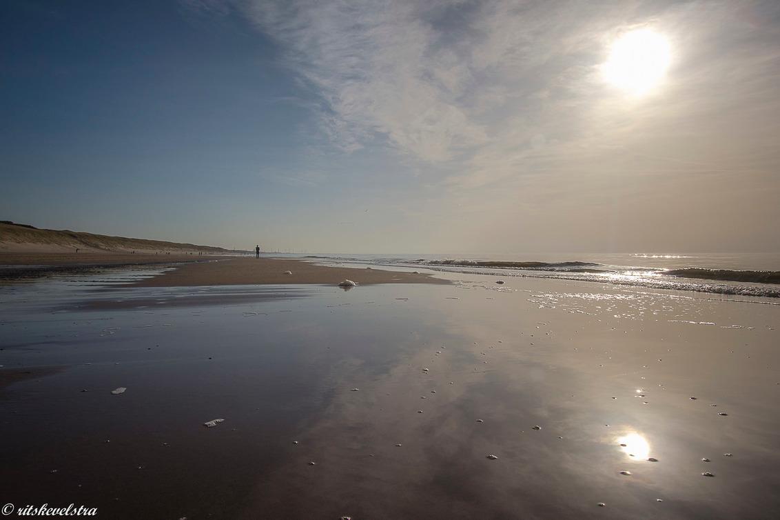 Zonnige stranddag - Wij genoten van een stil maar erg zonnig strand. - foto door rits op 02-03-2021 - deze foto bevat: water, spiegeling, landschap, duinen