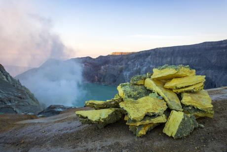 Zwavel bij Ijen krater