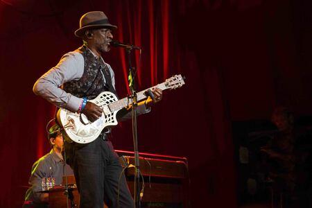 Keb Mo - Tegenwoordig speelt Keb Mo samen met Taj Mahal zo'n oude blueslegende - foto door FredBisschop op 13-07-2017 - deze foto bevat: blues, artiest, gitaar, muziek, optreden, band, muzikant, live, concertfotografie