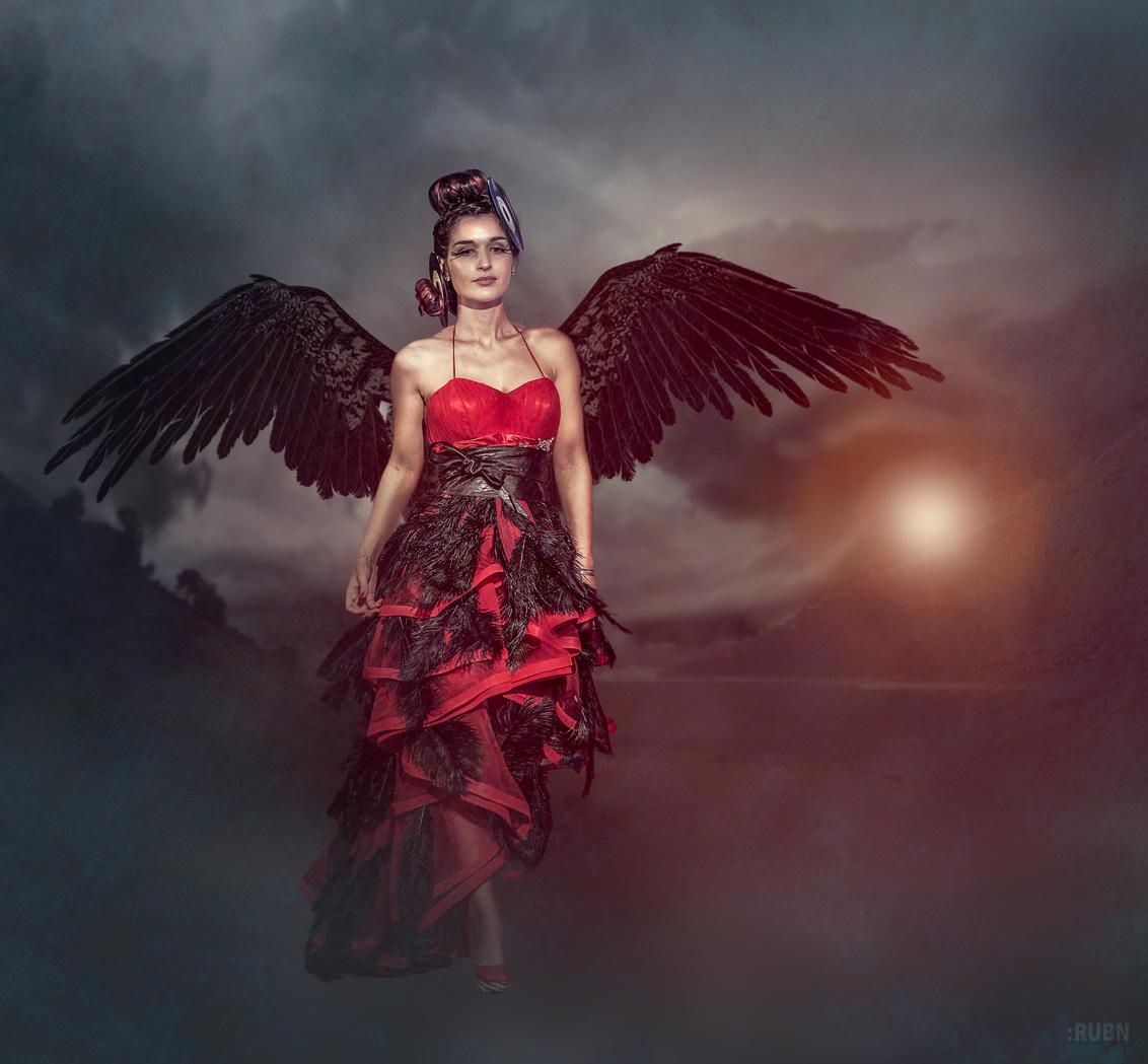 Queen of Darkness - - - foto door rubenschouw op 21-01-2017 - deze foto bevat: vrouw, wolken, rood, kleur, zon, natuur, licht, vuur, vleugels, portret, reclame, model, bergen, haar, fashion, meisje, beauty, sfeer, pose, glamour, photoshop, kapsel, wedstrijd, belichting, expressie, jurk, mode, fotoshoot, kleding, visagie, locatie, makeup, bokeh, commercial, styling, catwalk, lightroom, fashionfotografie
