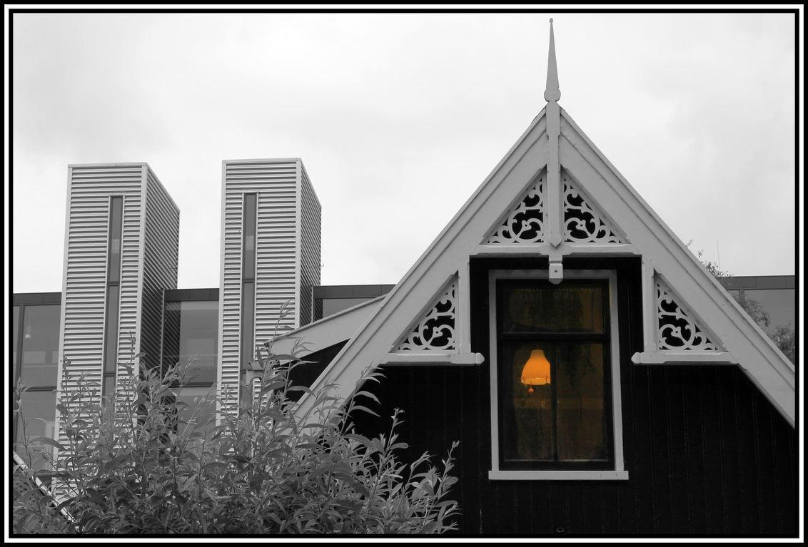 Contrast . - Bouwstijlen .. ..deze foto is gemaakt in de Zaanstreek.  in Wormerveer  op het Schoolpad . - foto door jelle13 op 14-07-2013 - deze foto bevat: werk, bouwen, huizen, wonen, fabrieken, vooruitgang . staal .hout . glas . lampen .