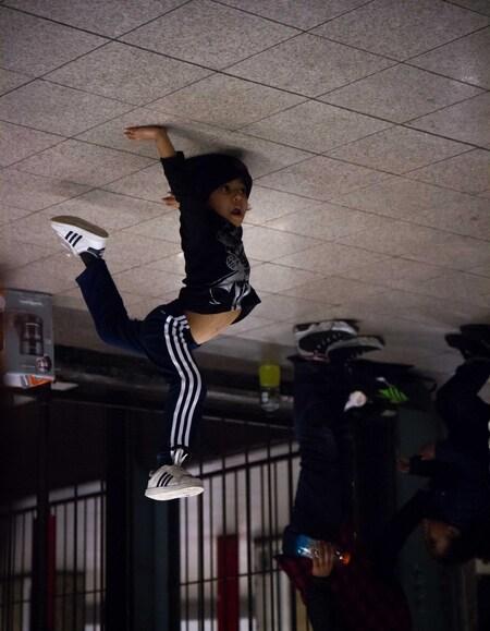 Flipped-over - Een hele jonge breakdancer in het metro station 14th street Union Square. - foto door lk123456789 op 08-02-2015