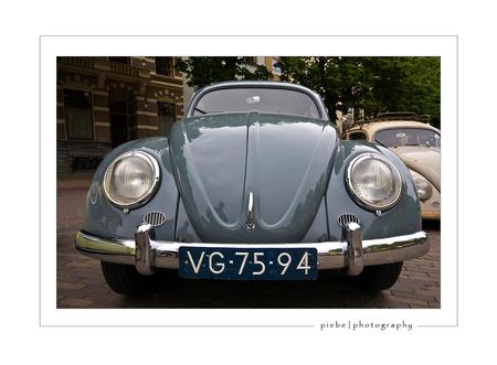 VW Kever - Afgelopen zondag (25-05-2008) tijdens een stadswandeling in Deventer vielen we met de neus in de boter. Er was nl. een plein vol met oude VW's vooral - foto door Piebe op 28-05-2008 - deze foto bevat: kever, deventer, vw, marktplein