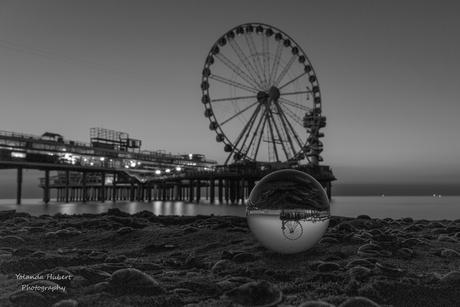 de pier in black and white