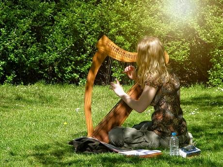 Harpspeelster in lentezon copy