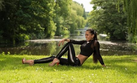 Sunshine - Prachtige shoot gehad met dit mooie model. In de natuur in Amsterdam. - foto door goodluck op 22-05-2017 - deze foto bevat: vrouw, water, natuur, portret, model, flits, stoer, haar, fashion, beauty, schoenen, sfeer, pose, glamour, belichting, expressie, jeans, mode, fotoshoot, kleding, romantisch, visagie, locatie, bokeh, styling, fashionfotografie