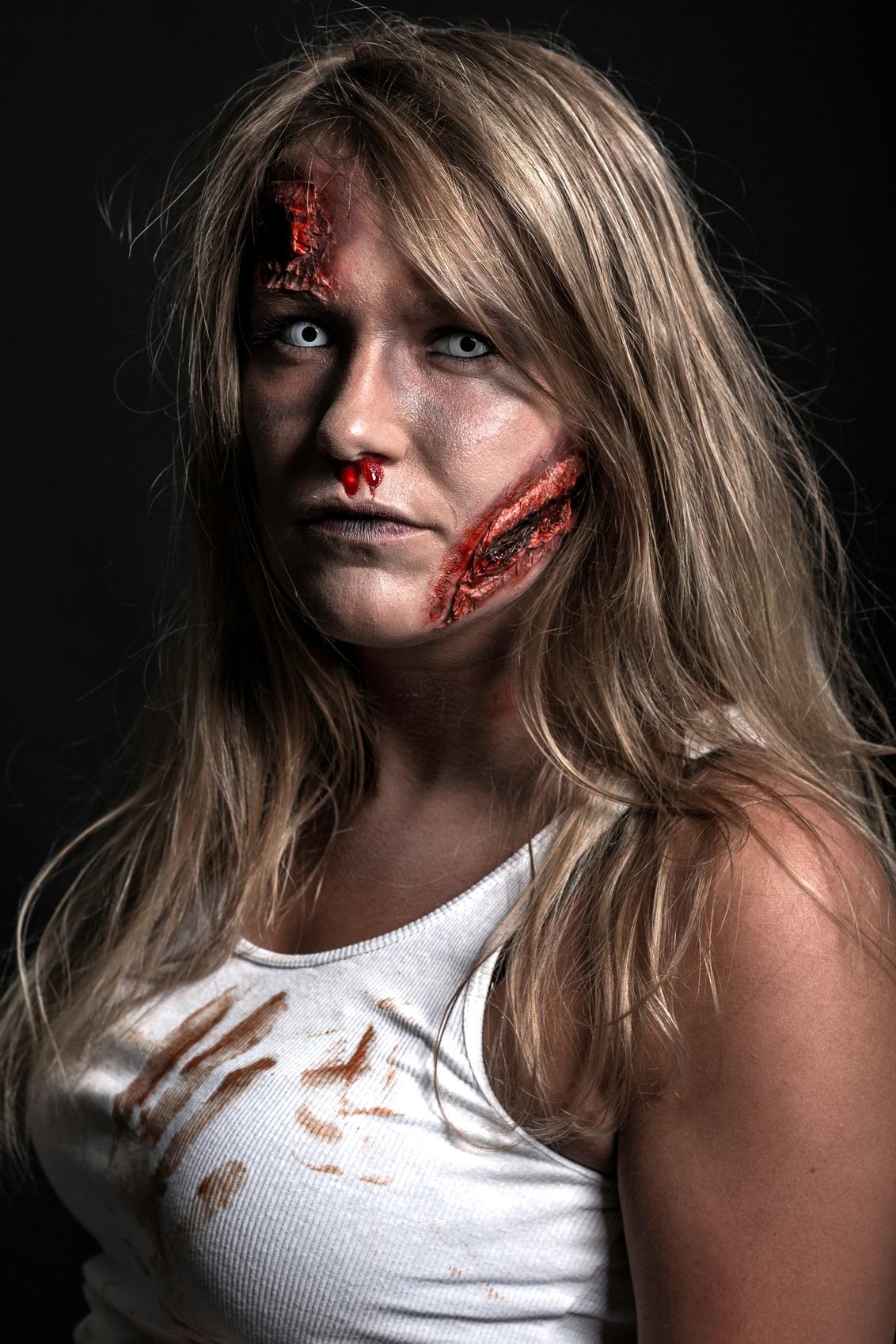 Kimberley - - - foto door s.viset op 27-06-2017 - deze foto bevat: vrouw, mensen, schaduw, flits, ogen, studio, blond, photoshop, eng, zombie, halloween, fotoshoot, flitser