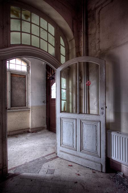 Park Krankenhaus 2 - Op 22-11-2010 hebben Jos en ik een bezoek aan dit ziekenhuis gebracht.  Het is een hdr foto.  Kijk ook eens op mijn website: [url]http://lost-in- - foto door Jascha_400D op 06-12-2011 - deze foto bevat: old, time, in, park, urban, lost, germany, verboden, verlaten, vervallen, hdr, forbidden, duitsland, forgotten, urbex, oost, ddr, tonemapping, decay, hoste, voormalig, jascha, ue, Krankenhaus